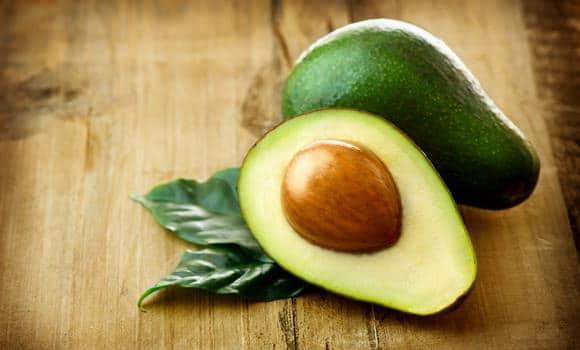 avocado su tavolo di legno