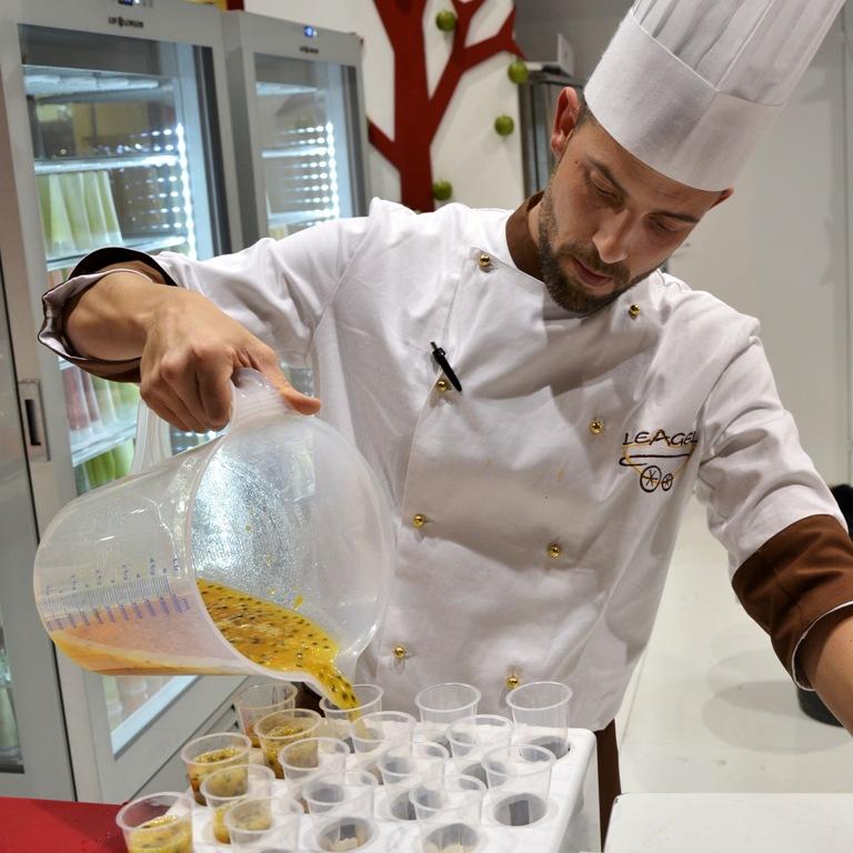 La preparazione dei Fruitube in gelateria